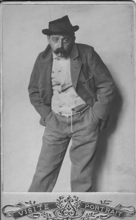 """Der Journalist Max Winter, verkleidet als Sandler (Penner) im Zuge seiner Reportage über (Kanal-)""""Strotter"""" (Leute die Dinge wie Knochen, Fett oder Geld suchen um ihren Lebensunterhalt zu finanzieren) im Jahre 1902 für die sozialistische """"Wiener Arbeiterzeitung"""""""