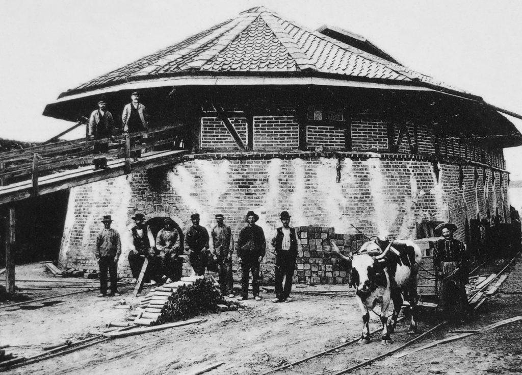 Arbeiter vor einem ovalen Ringofen in Slagsta in Schweden um 1890.